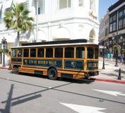 贝弗利公共汽车城市推进小山圈地 库存照片
