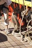 水手在设置风帆以后盘绕线路 免版税库存图片