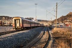 更旧的古典挪威旅客列车 库存图片