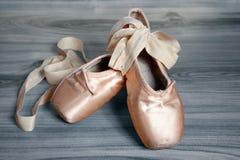 破旧的芭蕾舞鞋 库存图片