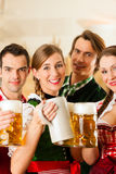 巴法力亚Tracht的人们在餐馆 免版税库存照片