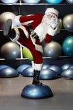 活泼的圣诞老人健身培训 库存照片