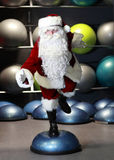 活泼的圣诞老人健身培训 免版税库存照片