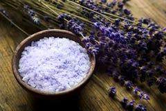 浴淡紫色盐 库存照片