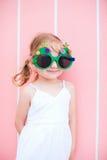 戴滑稽的圣诞节眼镜的小女孩 免版税库存照片