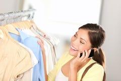 购物妇女联系在电话 免版税库存照片