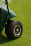 购物车前高尔夫球轮子 库存图片