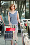 购物车购物妇女年轻人 免版税图库摄影