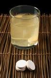 维生素药片可溶解在水中 免版税图库摄影