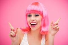 戴着桃红色假发的美丽的妇女 免版税库存照片