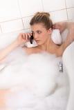 浴缸机体关心妇女年轻人 免版税库存图片