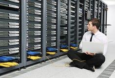 年轻人它工程师在datacenter服务器空间 免版税库存照片
