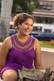 年轻人微笑的秘鲁妇女 库存照片