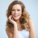 年轻人微笑的美丽的妇女纵向  免版税图库摄影