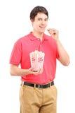 年轻人微笑的食人的玉米花 库存图片