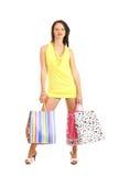 年轻人深色的妇女藏品购物袋 免版税库存照片