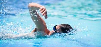 年轻人游泳 免版税库存图片