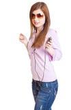 年轻人的女孩听的mp3音乐om球员 免版税库存图片