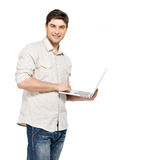 年轻人纵向有膝上型计算机的在casuals 免版税库存照片