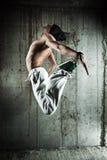 年轻人舞蹈演员跳 免版税库存照片