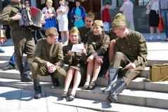 年轻演员在街道上执行 免版税库存照片