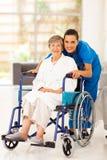 年长妇女和照料者 免版税库存照片