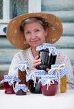 年长藏品自创堵塞瓶子妇女 免版税库存图片
