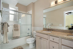 浴门玻璃主要阵雨下滑 图库摄影