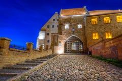 水闸在Grudziadz市在晚上 免版税库存图片
