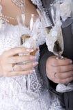 戴香槟眼镜的新娘和新郎  免版税库存图片