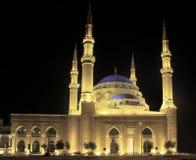贝鲁特蓝色探照灯照明的清真寺 免版税库存照片