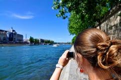 巴黎拍照妇女 免版税库存照片