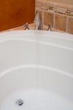 浴龙头极可意浴缸开放垂直的水 免版税库存照片