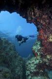 洞水下潜水员的摄影 免版税库存照片