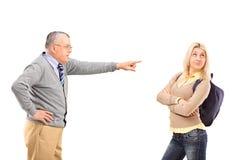 谴责他的女儿的恼怒的父亲 免版税库存图片