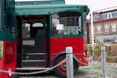 Ônibus de turista estacionados em um lote do cascalho Imagem de Stock