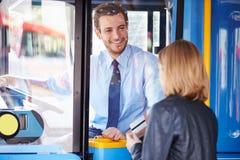 Ônibus do embarque da criança e passagem da utilização Fotografia de Stock