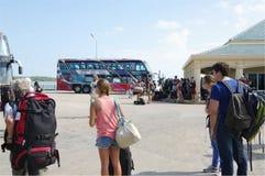 Ônibus e turistas de excursão no cais de Donsak, Surat Thani, Tailândia Imagem de Stock Royalty Free