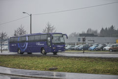 Ônibus na estrada Imagens de Stock Royalty Free