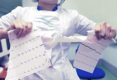 0 γιατρός γυναικών λυσσασμένος το ηλεκτροκαρδιογράφημα Στοκ φωτογραφίες με δικαίωμα ελεύθερης χρήσης