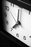 00 0 7 ρολόι s επάνω στα ίχνη Στοκ Φωτογραφία