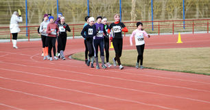 000 20 μετρητές κοριτσιών συναγωνίζονται το μη αναγνωρισμένο περίπατο Στοκ Εικόνες