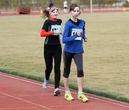 000 20 метров девушок участвуют в гонке неопознанная прогулка Стоковая Фотография RF