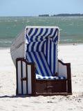 01个偏僻海滩有天篷的椅子 免版税库存照片