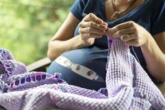 Έγκυος κυρία που πλέκει 01 Στοκ εικόνα με δικαίωμα ελεύθερης χρήσης