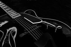 01 archtop黑色吉他 免版税库存照片