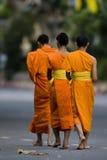 01 buddyjskiego mnicha chodzić Fotografia Stock