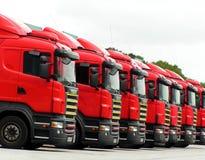 01 röda lastbilar Arkivfoto