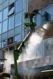 01 rengörande fönster Arkivbild