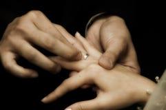 02 που ανταλλάσσουν τα δαχτυλίδια Στοκ Φωτογραφίες
